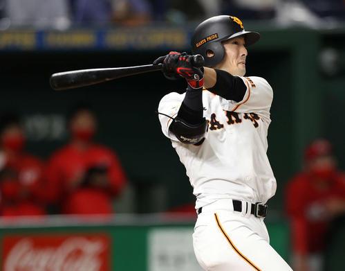 巨人対広島 7回裏巨人2死、右越え本塁打を放つ若林(撮影・河野匠)