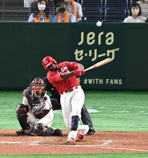 巨人対広島 9回表広島1死一塁、ピレラは左越え2点本塁打を放つ。投手田口(撮影・山崎安昭)