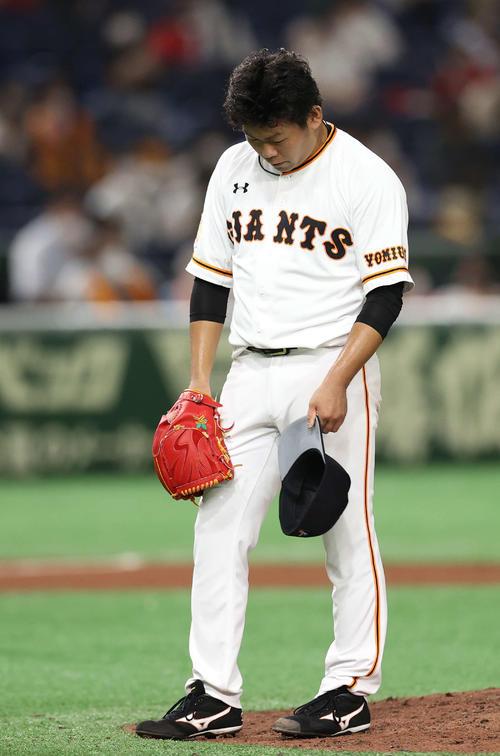 巨人対広島 9回表広島1死一塁、ピレラに左越え2点本塁打を浴び、うつむく田口(撮影・河野匠)
