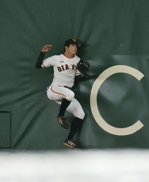 巨人対広島 1回表広島無死、田中広の打球を外野フェンスに激突しながら好捕する右翼手の松原(撮影・河野匠)