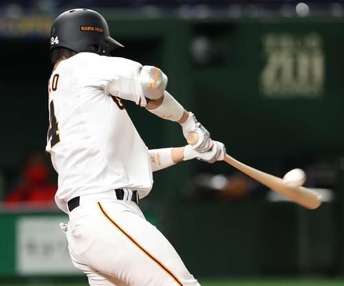 巨人対広島 2回裏巨人無死一、二塁、先制の右越え適時二塁打を放つ大城(撮影・河野匠)