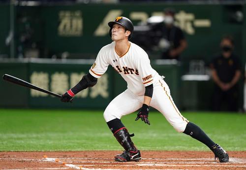 巨人対広島 2回裏巨人無死二塁、左適時二塁打を放つ若林(撮影・鈴木みどり)
