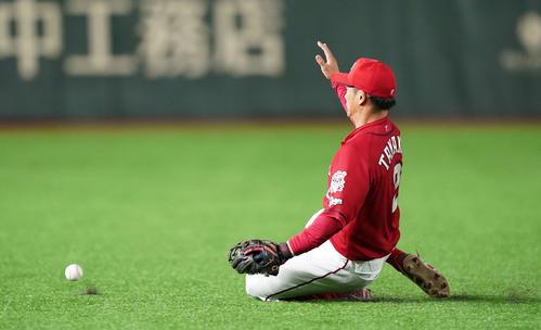 巨人対広島 2回裏巨人無死二塁、若林の打ち上げた打球を捕れず左適時二塁打を許す遊撃手田中広(撮影・鈴木みどり)