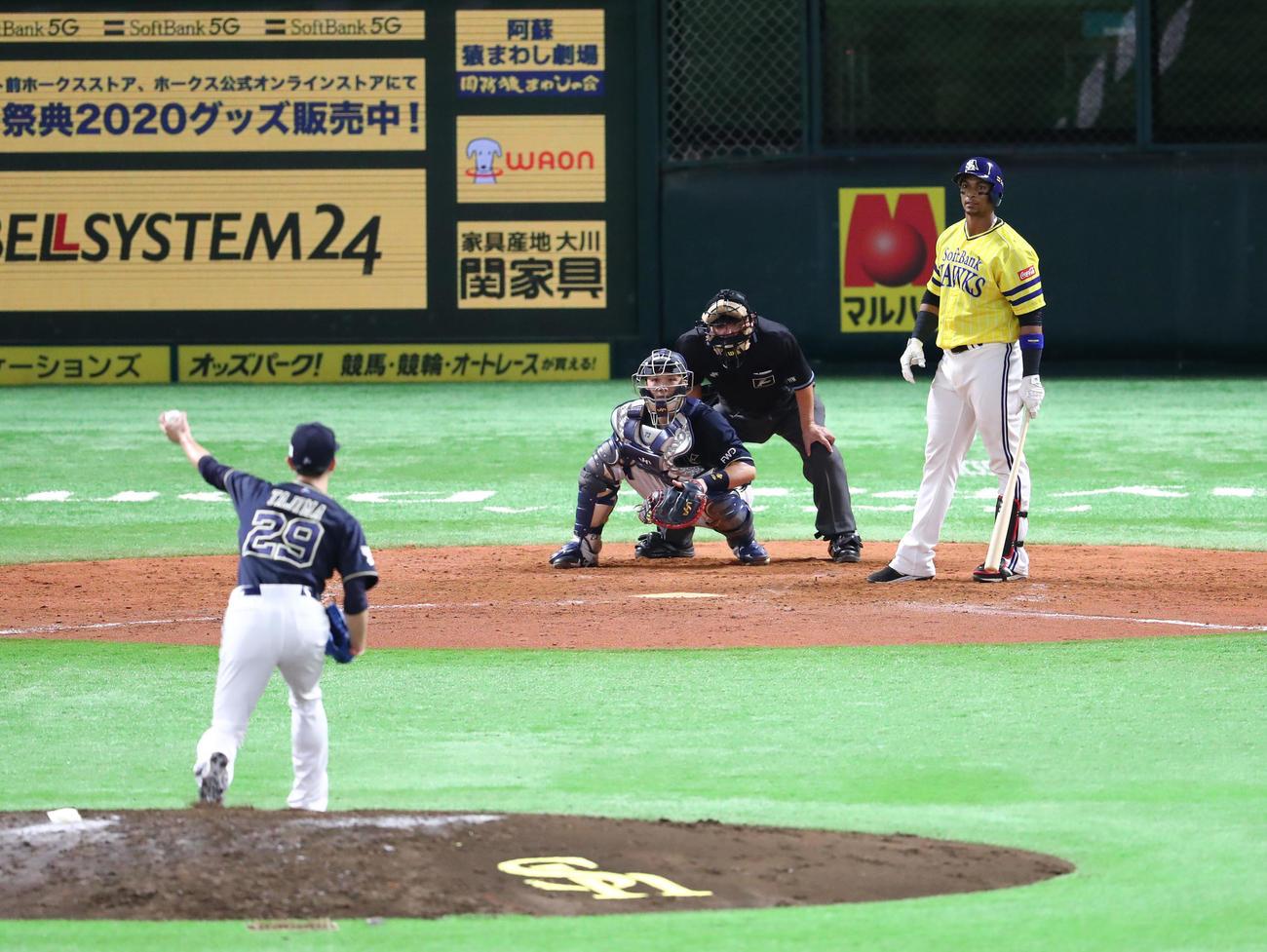 田嶋が4球目を投げようとしたとき、グラシアルがタイムを要求、田嶋は投球動作に入っていたが、ボールを投げずに動きを中断(撮影・梅根麻紀)