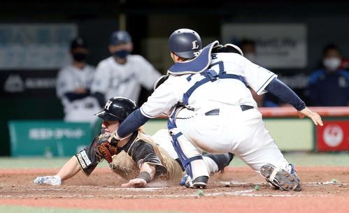 西武対日本ハム 5回表日本ハム1死三塁、大田の三ゴロの間に生還する三塁走者の渡辺(撮影・佐藤翔太)