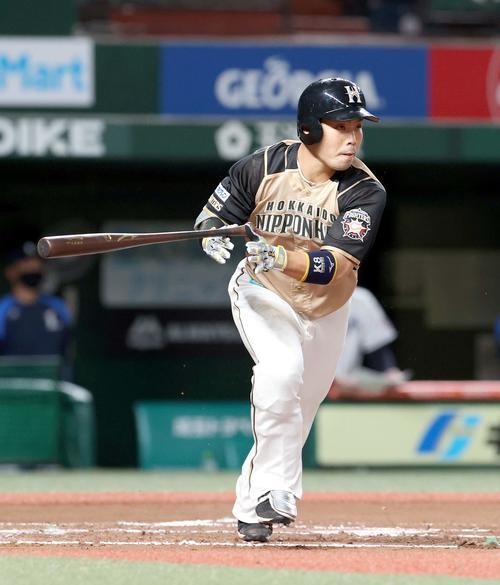 西武対日本ハム 6回表日本ハム1死一塁、近藤は適時二塁打を放つ(撮影・佐藤翔太)