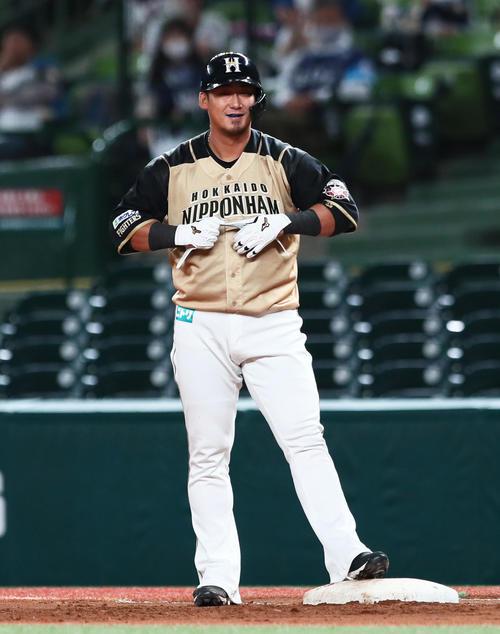 西武対日本ハム 6回表日本ハム1死二塁、中前適時打を放ち笑顔を見せる中田(撮影・足立雅史)