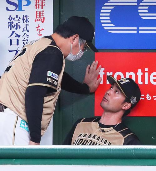 7回を投げ終えた日本ハム先発の上原(右)は木田コーチに話しかけられる(撮影・足立雅史)