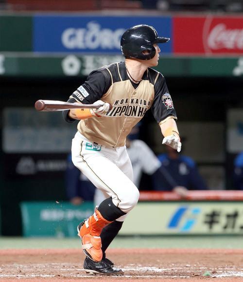 西武対日本ハム 8回表日本ハム1死一、三塁、杉谷は適時二塁打を放つ(撮影・佐藤翔太)