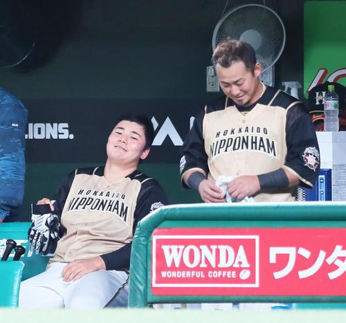 西武対日本ハム 5回表日本ハム1死一、二塁、中飛に倒れた清宮(左)は中田から声をかけられ複雑な表情を見せる(撮影・足立雅史)
