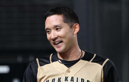 西武対日本ハム 杉谷は適時二塁打を放ち笑顔でベンチに戻る(撮影・佐藤翔太)
