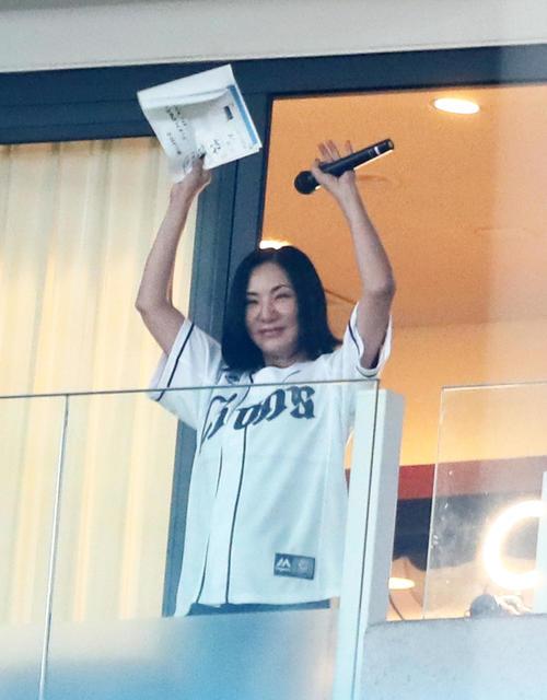 試合観戦に訪れスタンドから手を振る広瀬香美(撮影・足立雅史)