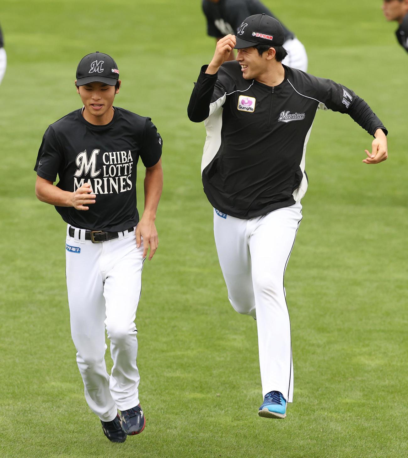 楽天対ロッテ ウオーミングアップの短距離走でロッテ佐々木朗(右)は俊足の和田より速く走り跳びはねて喜ぶ(撮影・垰建太)