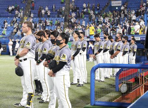 ヤクルト対阪神 試合開始前の君が代で整列する阪神とヤクルトの選手たち(撮影・清水貴仁)