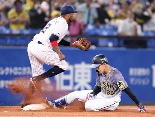 ヤクルト対阪神 4回表阪神1死二塁、適時三塁打を放ち、滑り込む小幡(右)。左はエスコバー(撮影・狩俣裕三)