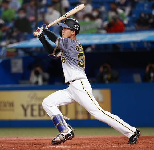 ヤクルト対阪神 4回表阪神1死二塁、左中間を破る適時三塁打を放つ小幡(撮影・清水貴仁)