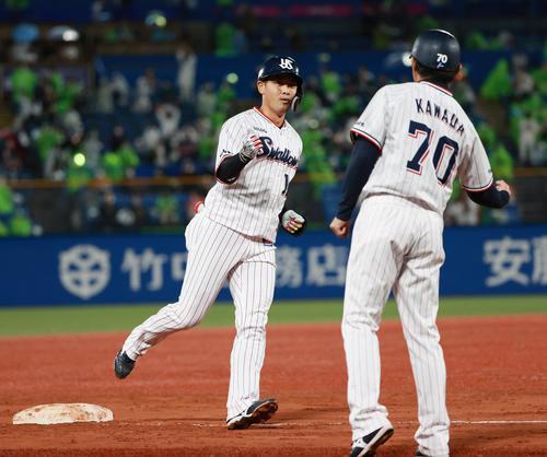 ヤクルト対阪神 7回裏ヤクルト無死一塁、左越え2点本塁打を放つ荒木貴裕(撮影・清水貴仁)