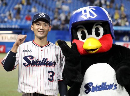 ヤクルト対阪神 ヒーローインタビュー後、つば九郎といっしょに記念撮影する西浦(撮影・狩俣裕三)