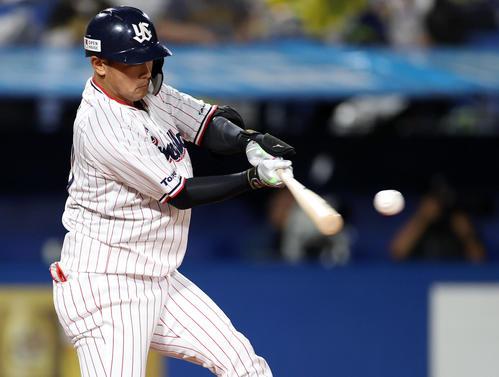 ヤクルト対阪神 7回裏ヤクルト無死一塁、2点本塁打を放つ代打荒木(撮影・狩俣裕三)