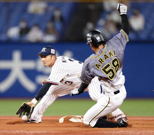 ヤクルト対阪神 1回表阪神1死一塁、二盗を決める荒木(右)。左は西浦(撮影・狩俣裕三)