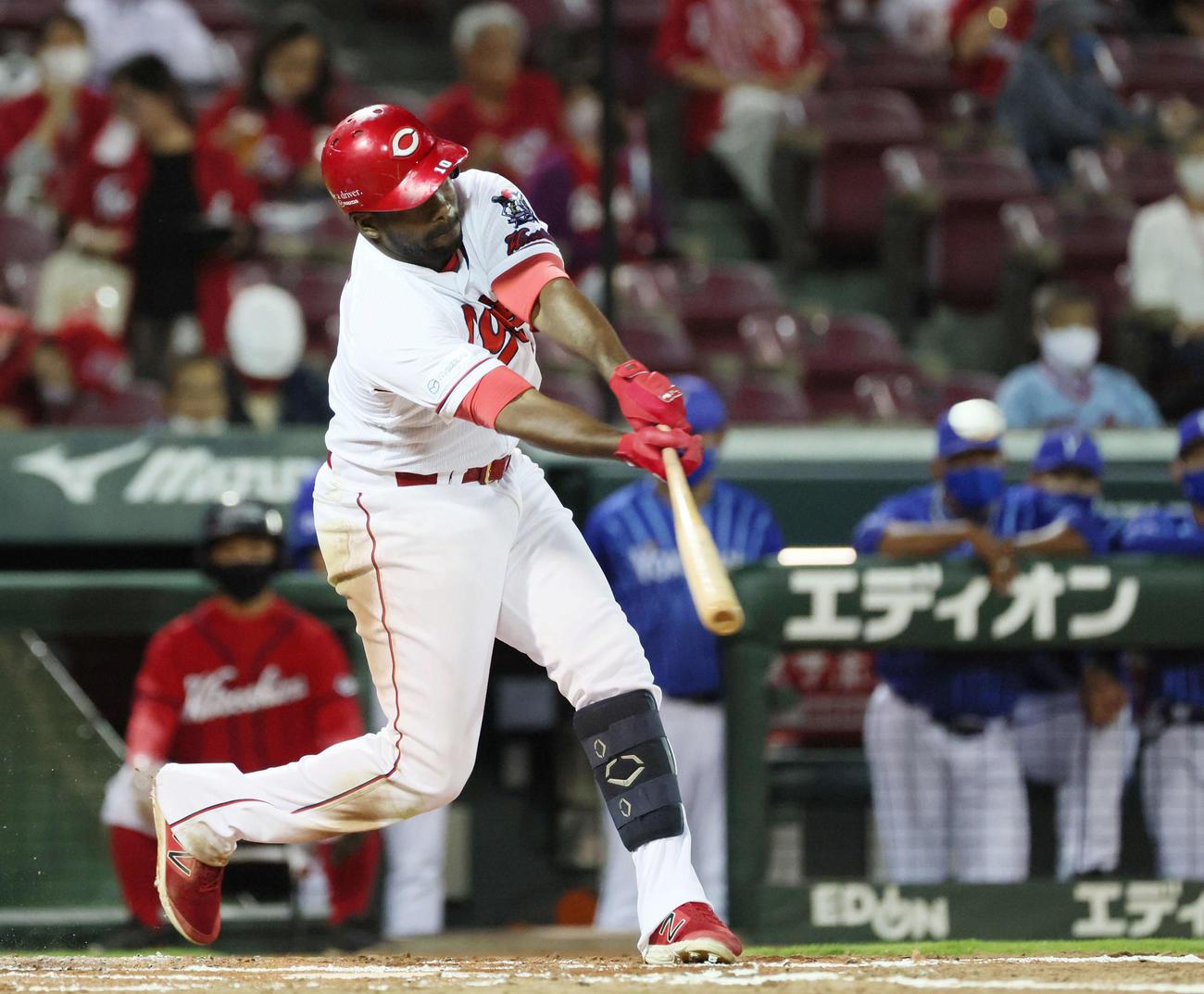広島対DeNA 2回裏広島1死二塁、ピレラは先制適時二塁打を放つ(撮影・加藤孝規)