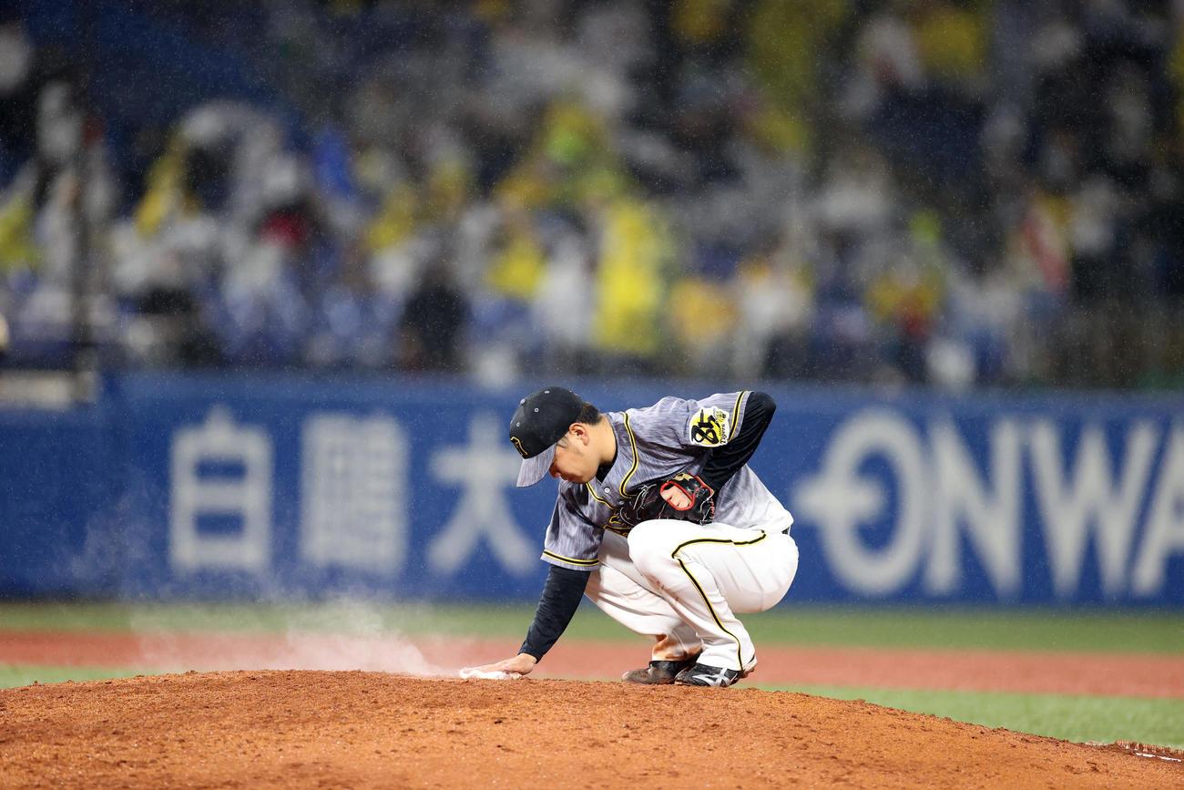 ヤクルト対阪神 6回裏、投球前にマウンドに手を添える西勇(撮影・狩俣裕三)