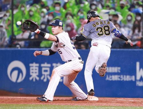 ヤクルト阪神タイガース3回表阪神2死満塁遊撃にタイムリー内野安打を放つ小幡(撮影・清水貴仁)