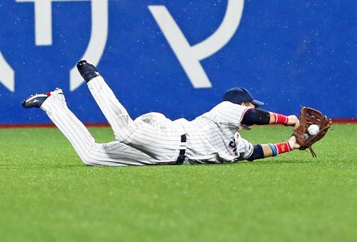 ヤクルト阪神タイガース4回表阪神無事近本の打球を好捕する右翼手坂口(撮影・足立マーサ)