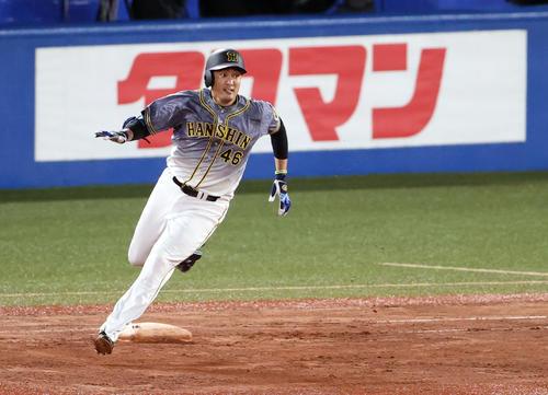 ヤクルトの阪神6回表阪神1社2塁打を放つ秋山(撮影・カリマタ裕三)