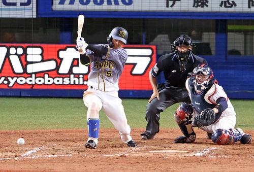 ヤクルトの阪神7回表阪神1死満塁、タイムリーを放つ近い本(撮影・カリマタ裕三)
