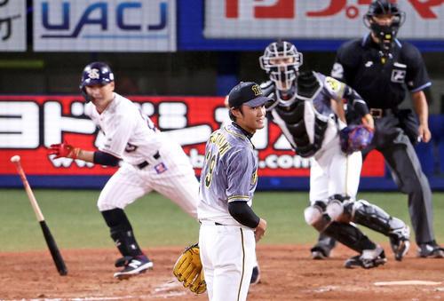 ヤクルト阪神タイガース8回裏ヤクルト1死1塁、青木を併殺打にとるフジナミ(撮影・カリマタ裕三)