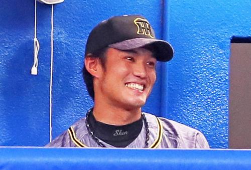 ヤクルト阪神タイガース8回1イニングを無失点に抑えベンチに笑顔を阪神フジナミ(撮影・足立マーサ)