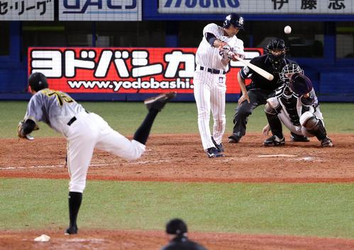 ヤクルト阪神タイガース9回裏ヤクルト1死1塁タイムリー二塁打を放つ市。 投手スアレス(撮影・カリマタ裕三)