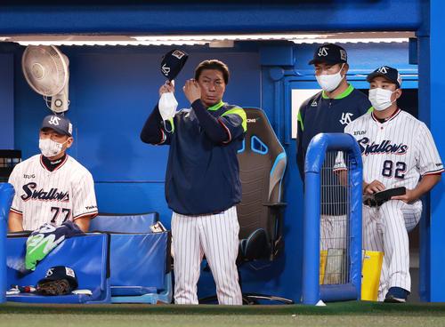 ヤクルト阪神タイガース9回険しい顔を見せるダッカ監督(撮影・清水貴仁)