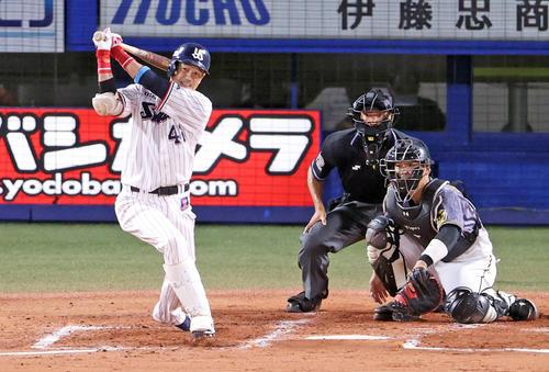 ヤクルト対阪神1回裏ヤクルト2死1,2塁2点タイムリー二塁打を放つ坂口(撮影・カリマタ裕三)