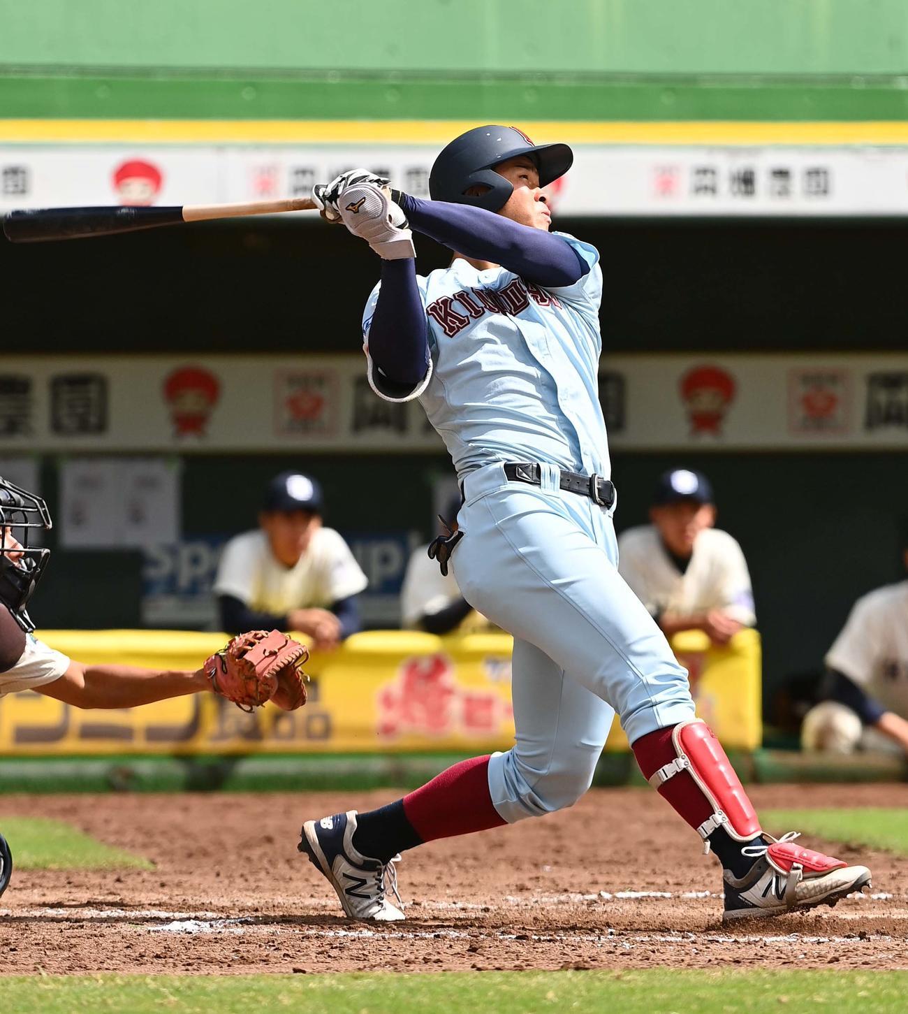 京大対近大 7回裏近大1死、左越え三塁打を放つ近大・佐藤(撮影・上田博志)