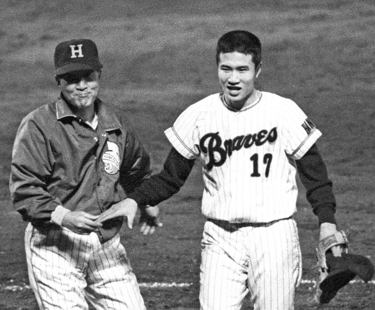 71年、近鉄に勝利し、山田久志(右)を迎える阪急・西本幸雄監督