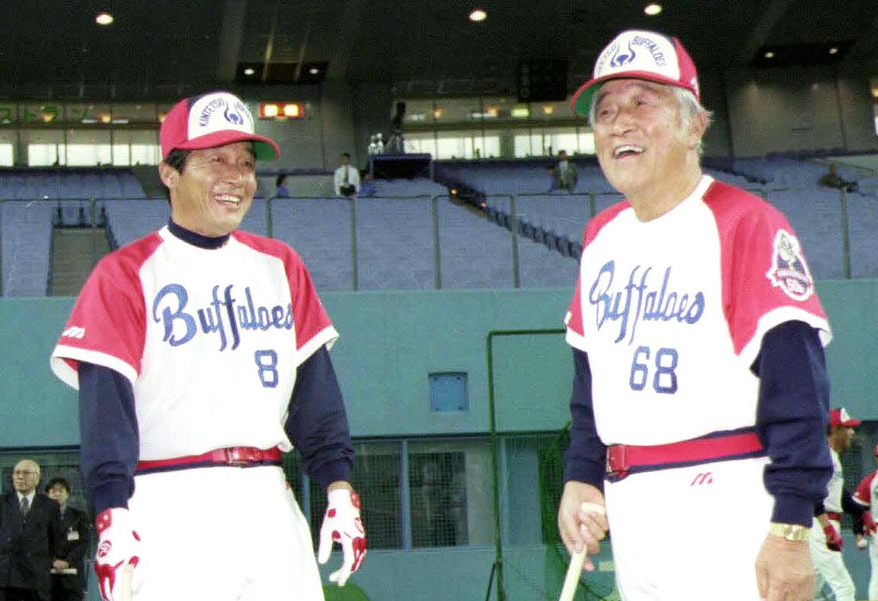 99年、近鉄のユニホームで笑顔を見せる梨田昌孝氏(左)と西本幸雄氏