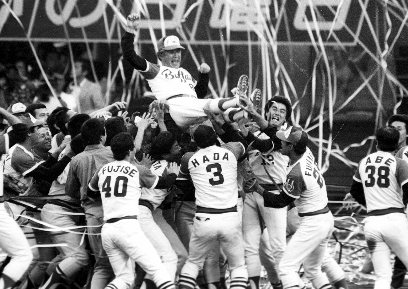 80年、ロッテとのプレーオフに3連勝でリーグ優勝を決め、胴上げされる近鉄・西本幸雄監督