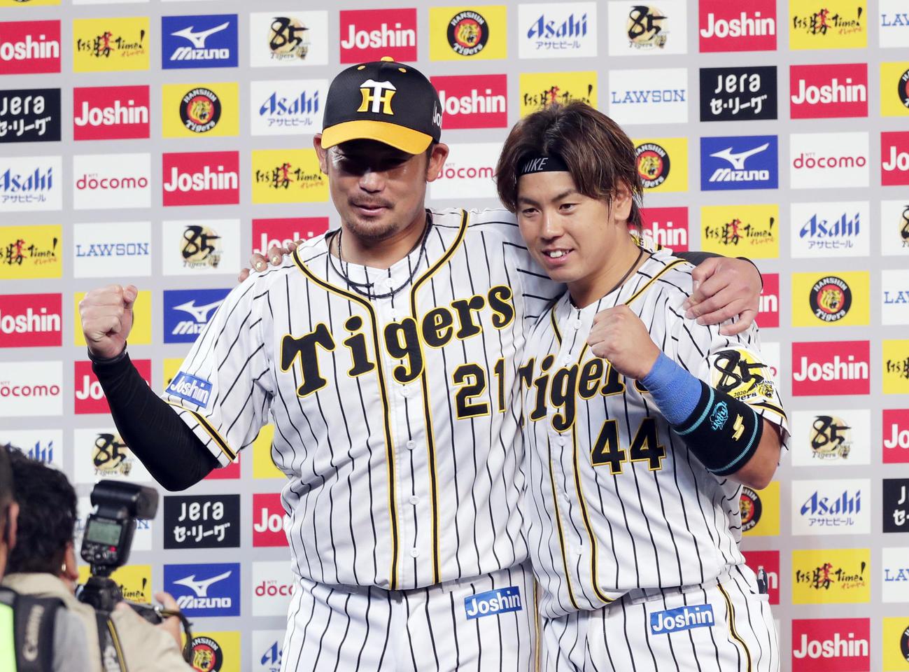 阪神対中日 ヒーローインタビューを終え、肩を組みガッツポーズする岩田(左)と梅野(撮影・前田充)