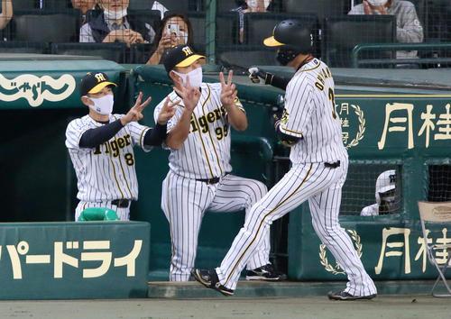 阪神大巨人2回裏阪神無事大山(右)は、左中間越え本塁打矢野監督(左)からピックアップされている(撮影・神山純一)
