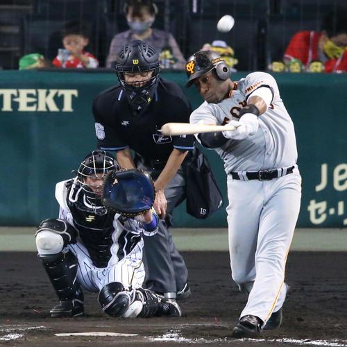 阪神大巨人8回表巨人無事ウィーラーは、左越え本塁打を放つ(撮影・神山純一)