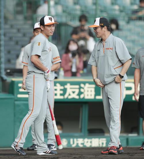 阪神巨人試合前の練習で巨人坂本(左)と言葉をナヌヌンルル分ける本木コーチ(撮影・前田充