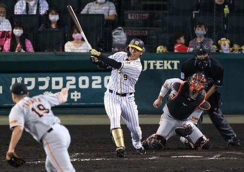 阪神大巨人8回裏阪神1社代打高山は、まさに塁打を放つ(撮影・神山純一)