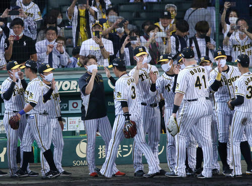 阪神巨人に勝利西勇(中央左)と大山はエアタッチして喜ぶ(撮影・神山純一)