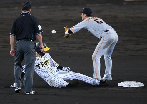 阪神大巨人8回裏阪神1死2塁近本の安全バントが悪送球を誘う塁向かう(撮影・神山純一)