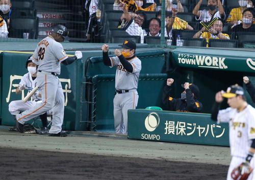阪神大巨人8回表巨人無事ウィーラーは、左越え本塁打本木コーチ(中央)、原監督の受け入れを受ける(撮影・神山純一)