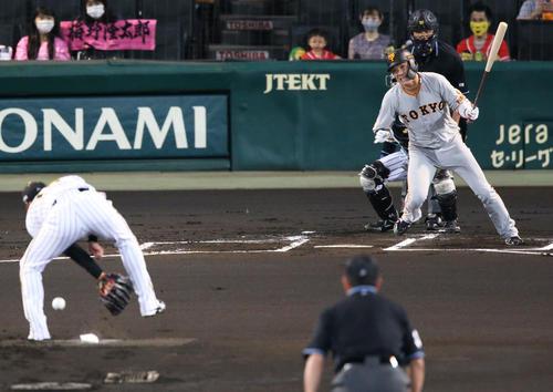 阪神大巨人1回表巨人1死1塁、坂本は西勇の足の間を抜けていく重針を発する(撮影・神山純一)