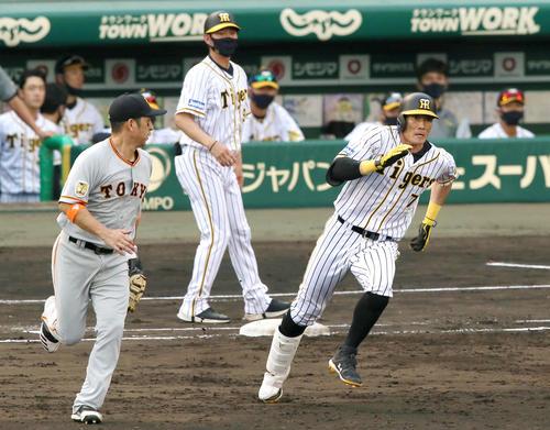 阪神大巨人19次5回裏阪神無事、糸井嘉男は、左の通りを飛ばして2塁向かう(撮影・神山純一)