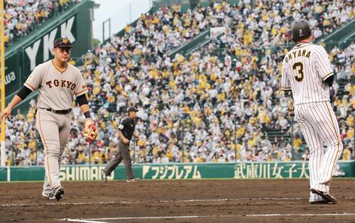 阪神大巨人5回裏終了時巨人岡本(左)は、阪神大山を視線で追う(撮影垰建太)